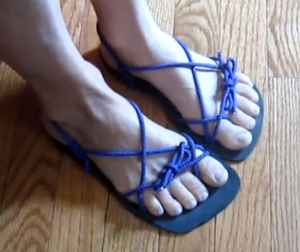 Barefoot sandal tying method -- Kelly